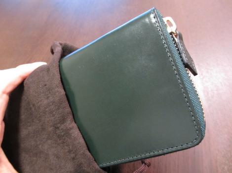 モスグリーンの財布
